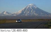 Купить «Движение транспорта по шоссе на фоне вулкана. Time lapse», видеоролик № 28489480, снято 30 мая 2018 г. (c) А. А. Пирагис / Фотобанк Лори