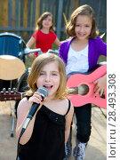 Купить «Blond kid singer girl singing playing live band in backyard concert with friends», фото № 28493308, снято 19 июля 2018 г. (c) Ingram Publishing / Фотобанк Лори