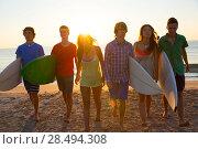Купить «Surfers teen boys and girls group walking on beach at sunshine sunset backlight», фото № 28494308, снято 16 августа 2018 г. (c) Ingram Publishing / Фотобанк Лори