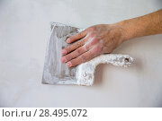 Plastering man hand with plaste and plaster spatula trowel in wall. Стоковое фото, фотограф Tono Balaguer / Ingram Publishing / Фотобанк Лори