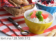 Купить «Yellow bowl with cottage cheese, kiwi, grapefruit and mint», фото № 28500572, снято 26 августа 2019 г. (c) Ingram Publishing / Фотобанк Лори