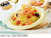 Купить «Seafood spaghetti pasta dish with shrimps and cherry tomatoes served with white wine», фото № 28500684, снято 26 апреля 2019 г. (c) Ingram Publishing / Фотобанк Лори
