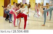 Купить «Female coach holding group dance training with teenagers in modern dance hall», видеоролик № 28504488, снято 26 марта 2018 г. (c) Яков Филимонов / Фотобанк Лори