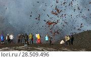 Купить «Туристы наблюдают за извержением вулкана Плоский Толбачик на Камчатке», видеоролик № 28509496, снято 2 февраля 2013 г. (c) А. А. Пирагис / Фотобанк Лори