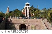 Купить «28-метровая горка «Tower of power» в аквапарке Сиам. Человек съезжает в бассейн. Коста-Адехе, Тенерифе, Канары, Испания», видеоролик № 28509720, снято 9 марта 2018 г. (c) Кекяляйнен Андрей / Фотобанк Лори