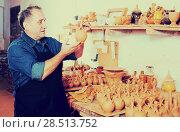 Купить «Master among the pottery», фото № 28513752, снято 12 октября 2016 г. (c) Яков Филимонов / Фотобанк Лори