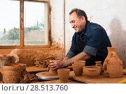 Купить «Elderly master at the pottery workshop», фото № 28513760, снято 12 октября 2016 г. (c) Яков Филимонов / Фотобанк Лори