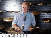 Купить «Male is playing on modern drum kit in studio», фото № 28513916, снято 18 сентября 2017 г. (c) Яков Филимонов / Фотобанк Лори