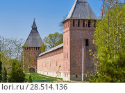 Tower and the red brick wall of the Smolensk fortress on a summe. Стоковое фото, фотограф Андрей Зарин / Фотобанк Лори
