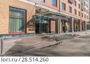 Купить «Отель «Аквамарин». Главный подъезд.», эксклюзивное фото № 28514260, снято 24 марта 2018 г. (c) Виктор Тараканов / Фотобанк Лори