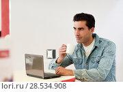 Купить «Good looking man wearing denim shirt sitting in a coffee bar. Blue eyes guy with casual clothes.», фото № 28534908, снято 17 ноября 2016 г. (c) Ingram Publishing / Фотобанк Лори