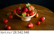 Купить «Ripe red organic strawberry», видеоролик № 28542948, снято 6 июня 2018 г. (c) Peredniankina / Фотобанк Лори