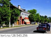 Купить «Город Гдов. Улица Карла Маркса», фото № 28543256, снято 3 июня 2018 г. (c) Владимир Кошарев / Фотобанк Лори