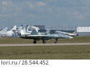 Купить «Российский новый многоцелевого истребителя пятого поколения Су-57( ПАК ФА, Т-50) идет на взлет по взлётной полосе, Международный авиационно-космический салон МАКС-2015», фото № 28544452, снято 23 августа 2015 г. (c) Малышев Андрей / Фотобанк Лори