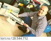 Купить «man choosing electric heater», фото № 28544712, снято 19 ноября 2018 г. (c) Яков Филимонов / Фотобанк Лори
