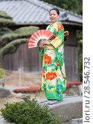 Купить «Девушка в зеленом кимоно крупным планом на мостике с веером в руках», фото № 28546732, снято 30 января 2011 г. (c) Александр Гаценко / Фотобанк Лори