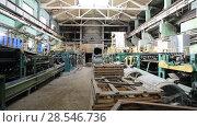Купить «Конвейер шиферного завода», видеоролик № 28546736, снято 24 июня 2018 г. (c) Евгений Ткачёв / Фотобанк Лори