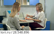 Купить «Gynecologist holding female uterus anatomy model and talking to patient», фото № 28548896, снято 26 мая 2019 г. (c) Vasily Alexandrovich Gronskiy / Фотобанк Лори