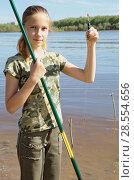 Купить «Веселая девочка подросток подготавливает снасть для рыбалки», фото № 28554656, снято 9 июня 2018 г. (c) Круглов Олег / Фотобанк Лори