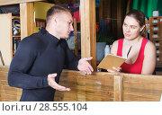 Купить «guy surfer discussing terms with young woman», фото № 28555104, снято 30 апреля 2018 г. (c) Яков Филимонов / Фотобанк Лори