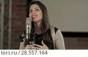 Купить «The girl sings at restaurant», видеоролик № 28557164, снято 7 июня 2017 г. (c) Vasily Alexandrovich Gronskiy / Фотобанк Лори