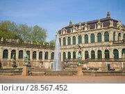 Фонтан на территории Галереи старых мастеров. Дрезденская картинная галерея, Германия (2018 год). Стоковое фото, фотограф Виктор Карасев / Фотобанк Лори