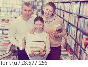 Купить «parents and girl standing with stack of books», фото № 28577256, снято 22 февраля 2018 г. (c) Яков Филимонов / Фотобанк Лори