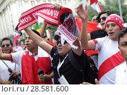 Купить «Футбольные болельщики Перу с флагом страны на Никольской улице в Москве», эксклюзивное фото № 28581600, снято 13 июня 2018 г. (c) Дмитрий Неумоин / Фотобанк Лори