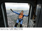 Купить «Парашютист в свободном полёте, прыгающий с вертолёта Ми-8 над городом Петрозаводск. Карелия», эксклюзивное фото № 28582516, снято 8 июня 2018 г. (c) Сергей Цепек / Фотобанк Лори