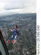 Купить «Парашютист в свободном полёте, выпрыгнувший с вертолёта Ми-8 над городом Петрозаводском. Карелия», эксклюзивное фото № 28586040, снято 8 июня 2018 г. (c) Сергей Цепек / Фотобанк Лори