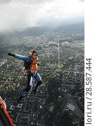 Купить «Парашютист в свободном полёте с расставленными в стороны руками, прыгнувший с вертолёта Ми-8 над Петрозаводском», эксклюзивное фото № 28587444, снято 8 июня 2018 г. (c) Сергей Цепек / Фотобанк Лори