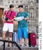 Купить «Tourists are photographing and searching way in map», фото № 28592776, снято 19 августа 2017 г. (c) Яков Филимонов / Фотобанк Лори