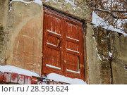 Старая дверь на втором этаже в торце склада на ВДНХ, проспект Мира, 119, строение 295. Москва (2017 год). Редакционное фото, фотограф Алёшина Оксана / Фотобанк Лори