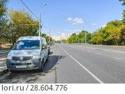 Купить «Микроавтобус Volkswagen Transporter припаркован около тротуара на улице Менжинского. Москва», эксклюзивное фото № 28604776, снято 21 августа 2010 г. (c) Алёшина Оксана / Фотобанк Лори