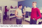 Guys discussing in hostel bedroom. Стоковое фото, фотограф Яков Филимонов / Фотобанк Лори