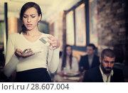 Купить «annoyed waitress standing with tray with tips money», фото № 28607004, снято 11 декабря 2017 г. (c) Яков Филимонов / Фотобанк Лори