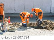 Купить «Рабочие ремонтируют канализационные колодцы на проспекте Мира. Москва», эксклюзивное фото № 28607784, снято 21 августа 2010 г. (c) Алёшина Оксана / Фотобанк Лори