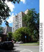 Купить «Двенадцатиэтажный одноподъездный кирпичный дом серии II-67 «Москворецкая» (построен в 1983 году). 6-я Парковая улица, 17. Район Измайлово. Город Москва», эксклюзивное фото № 28628648, снято 20 июня 2018 г. (c) lana1501 / Фотобанк Лори