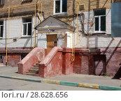 Купить «Подъезд пятиэтажного кирпичного жилого дома (построен в 1955 году). 7-я Парковая улица, 21. Район Измайлово. Город Москва», эксклюзивное фото № 28628656, снято 20 июня 2018 г. (c) lana1501 / Фотобанк Лори
