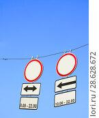 Купить «Дорожные знаки - указатели на фоне синего неба», фото № 28628672, снято 2 июня 2010 г. (c) FMRU / Фотобанк Лори