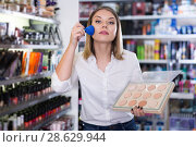 Купить «girl applying powder with brush for testing», фото № 28629944, снято 31 января 2018 г. (c) Яков Филимонов / Фотобанк Лори