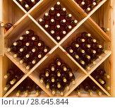 Купить «Сложенные бутылки виноградного вина в винном погребе», фото № 28645844, снято 9 июня 2018 г. (c) Наталья Волкова / Фотобанк Лори