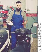Купить «Specialist shows a large selection of motorcycles», фото № 28646072, снято 15 августа 2018 г. (c) Яков Филимонов / Фотобанк Лори