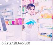Купить «Beautiful pharmacist offering reliable medicine», фото № 28646300, снято 31 января 2017 г. (c) Яков Филимонов / Фотобанк Лори