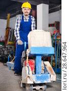 Working man practicing his skills with edger. Стоковое фото, фотограф Яков Филимонов / Фотобанк Лори