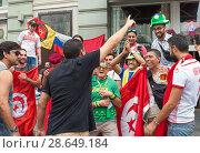 Купить «Болельщики из Туниса и Бразилии фотографируются вместе со своей национальной атрибутикой на Никольской улице в Москве. Чемпионат мира по футболу FIFA 2018, Россия», фото № 28649184, снято 24 июня 2018 г. (c) Наталья Николаева / Фотобанк Лори