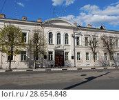 Купить «Двухэтажное кирпичное нежилое здание, построено в 1860-е годы. Советская улица, 17. Центральный район. Город Тверь. Тверская область», эксклюзивное фото № 28654848, снято 1 мая 2016 г. (c) lana1501 / Фотобанк Лори