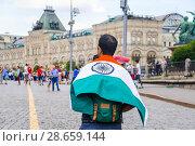 Купить «Турист с национальным флагом Индии на Красной площади. Чемпионат мира по футболу FIFA 2018 в России. Москва», фото № 28659144, снято 26 июня 2018 г. (c) Алёшина Оксана / Фотобанк Лори