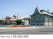 Купить «Syzran', Russia - August, 16,2016: Grey wooden carved building of The city Exhibition Hall», фото № 28660960, снято 16 августа 2016 г. (c) Наталья Семкина / Фотобанк Лори
