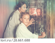 Купить «Family is helping dad and girl get out of the locked door», фото № 28661688, снято 3 августа 2017 г. (c) Яков Филимонов / Фотобанк Лори